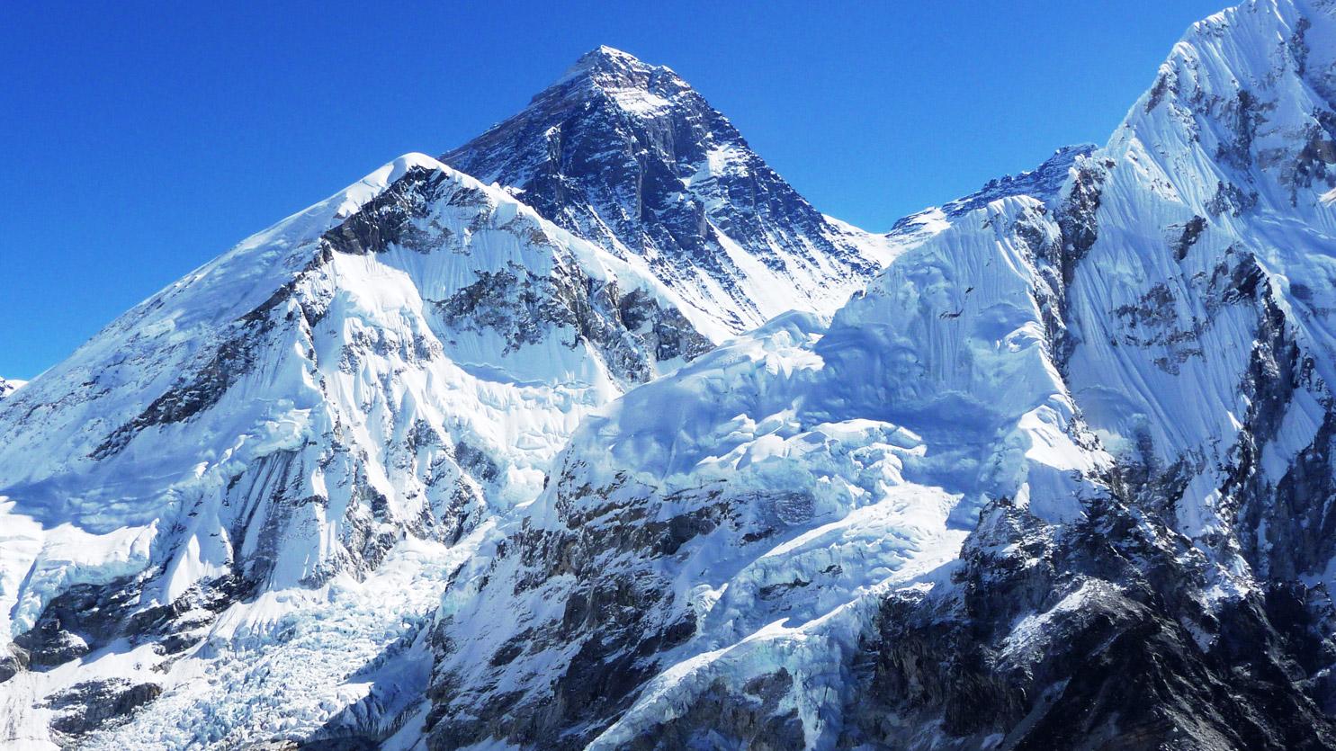 Le sommet de l'Everest vu du Kala Pattar (5550m)