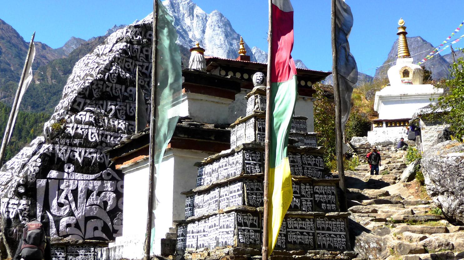 Mur de Manis au dessus de Lukla. Parc national de Sagarmatha