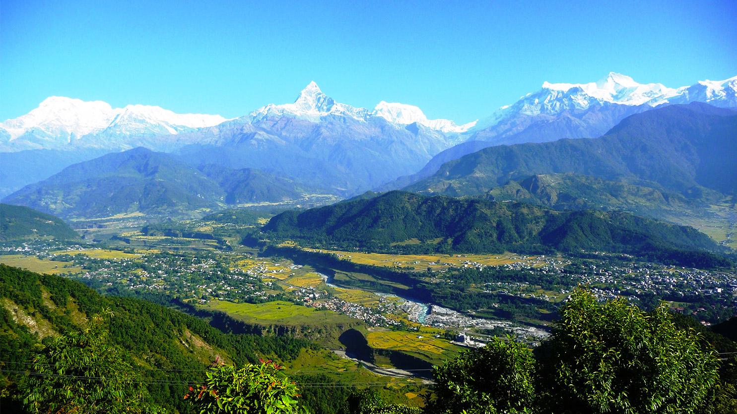 Vallée de Pokhara, vue de Sarangkot avec le Macchapuchare en toile de fond. Agence de trekking