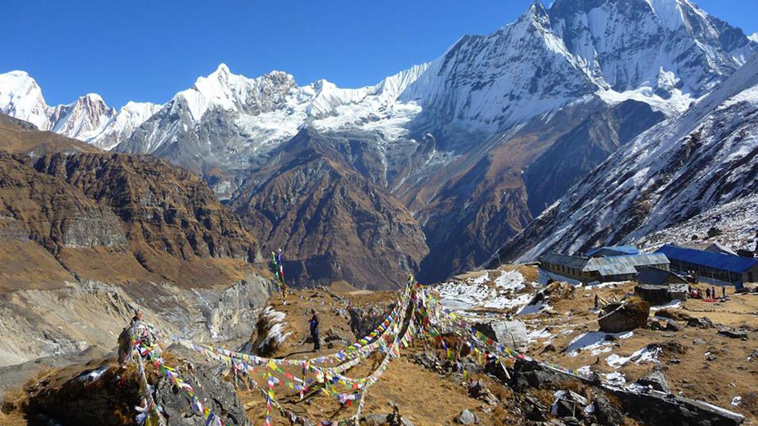 Drapeaux à prières au camp de base de l'Annapurna. Randonnée au Népal. Voyage sur mesure...