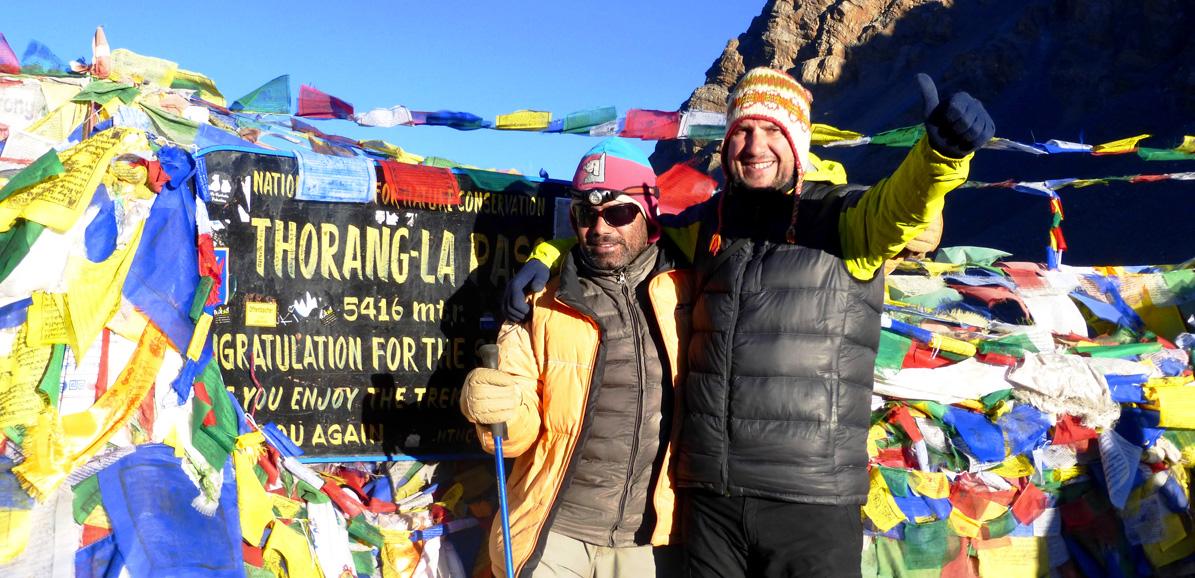 Rajan et Frédéric au sommet du Thorung La. Contactez-nous pour bâtir votre prochain voyage au Népal.