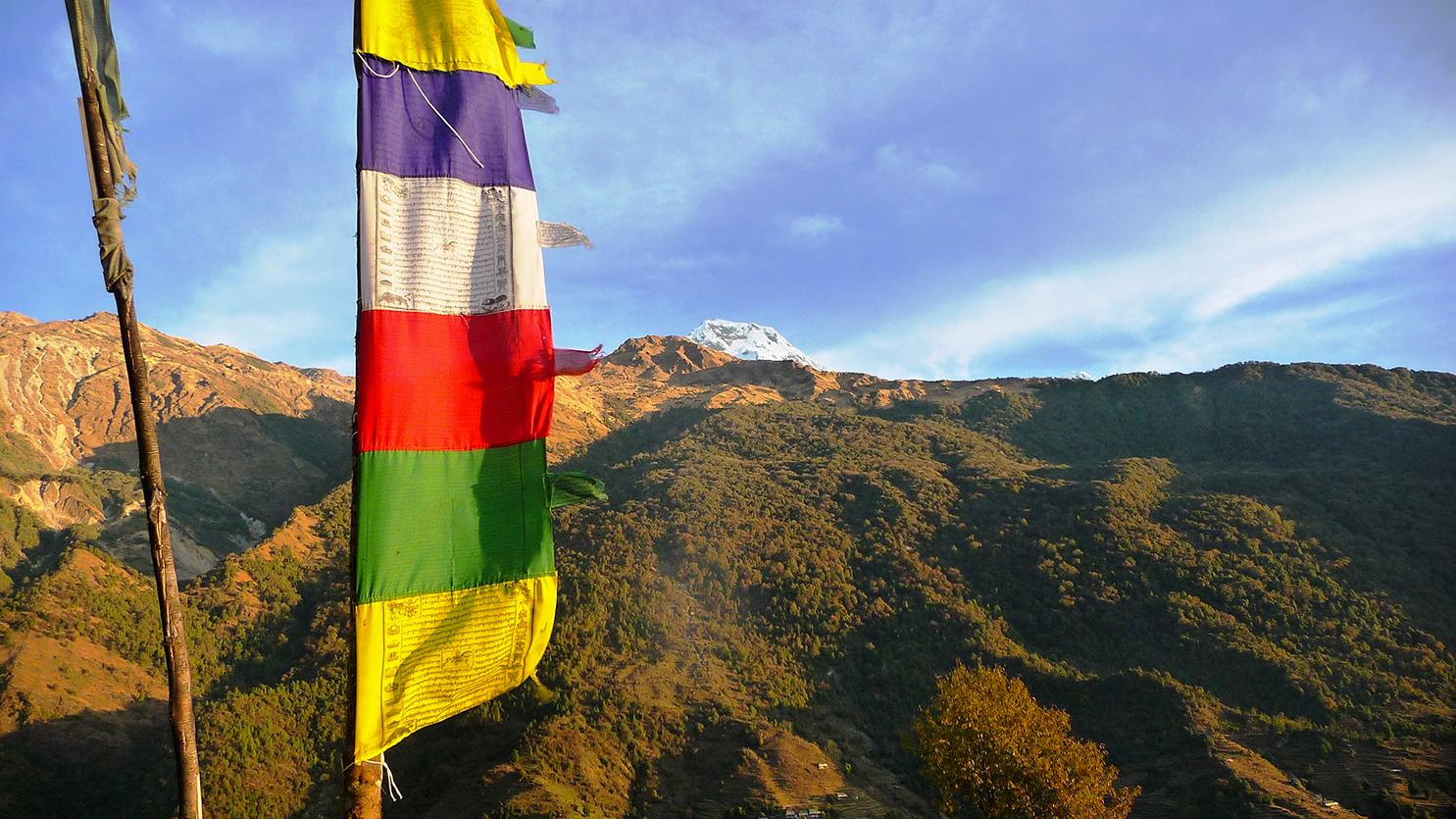 Drapeaux à prières proches du village de Landruk, massif des Annapurnas. Voyage personnalisé, trek, aventure...