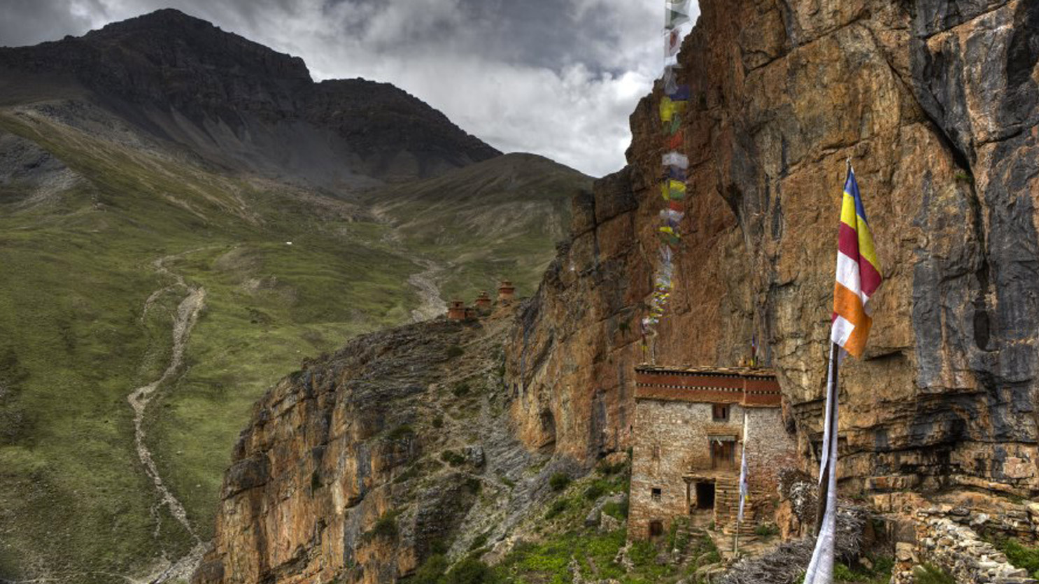 Monastère caché dans la vallée de la Tharap