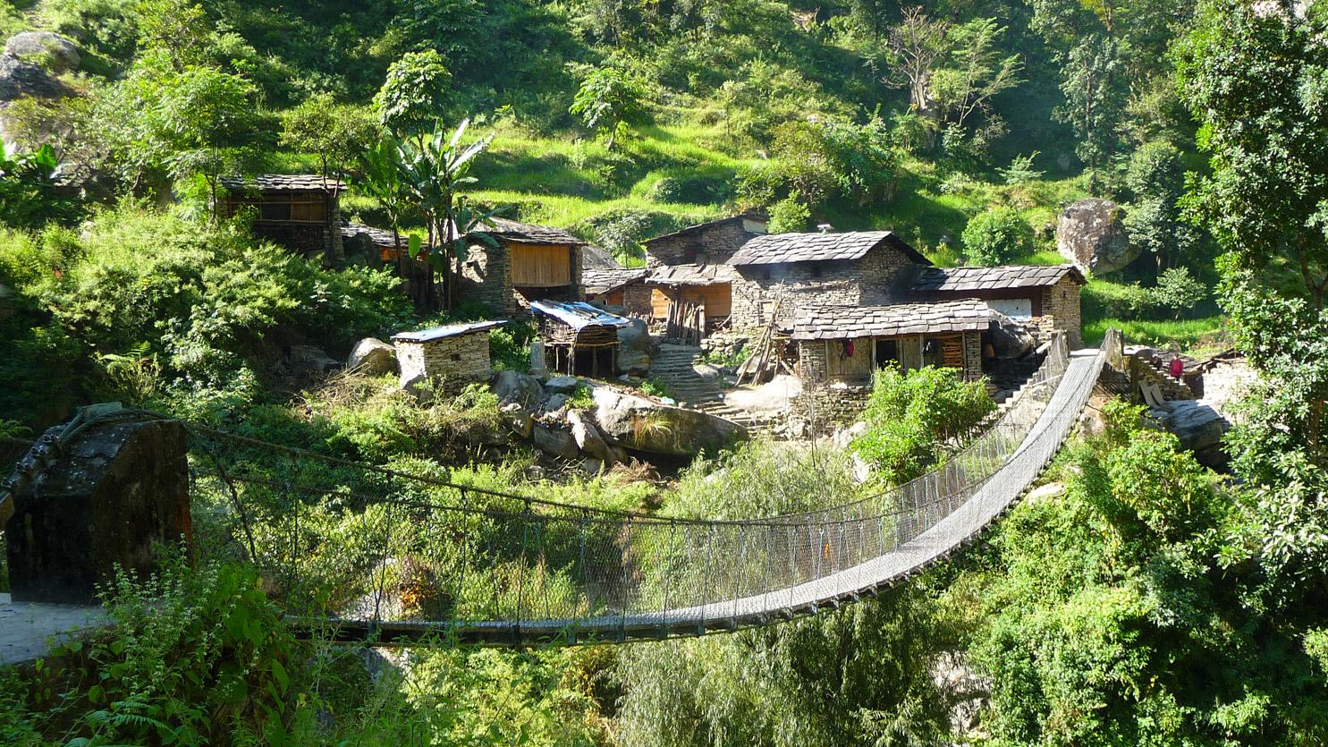 Traversée de pont pour rejoindre le village de Korla Besi