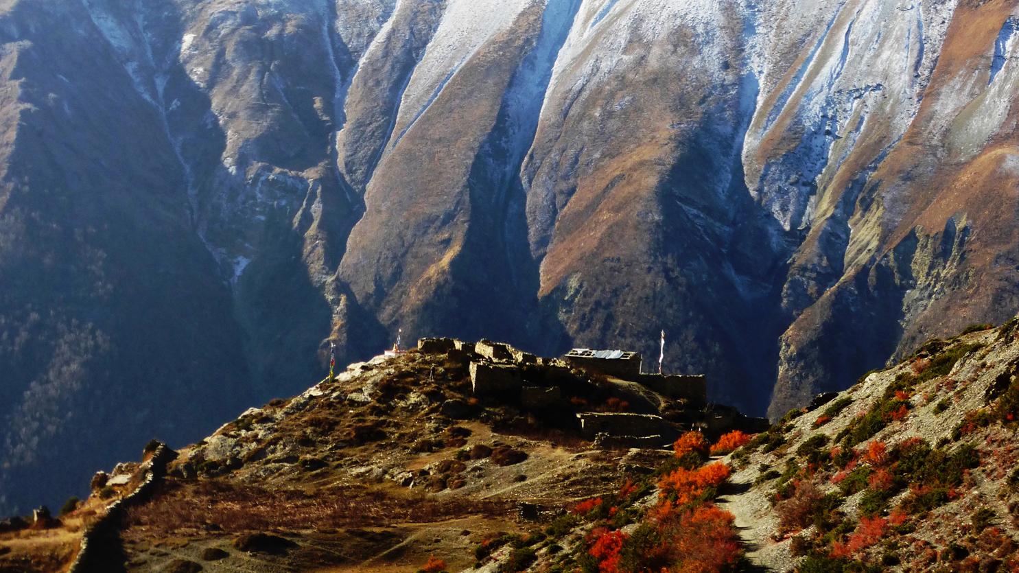 En direction du lac Tilicho au dessus de Manang. Voyage, tour des Annapurnas
