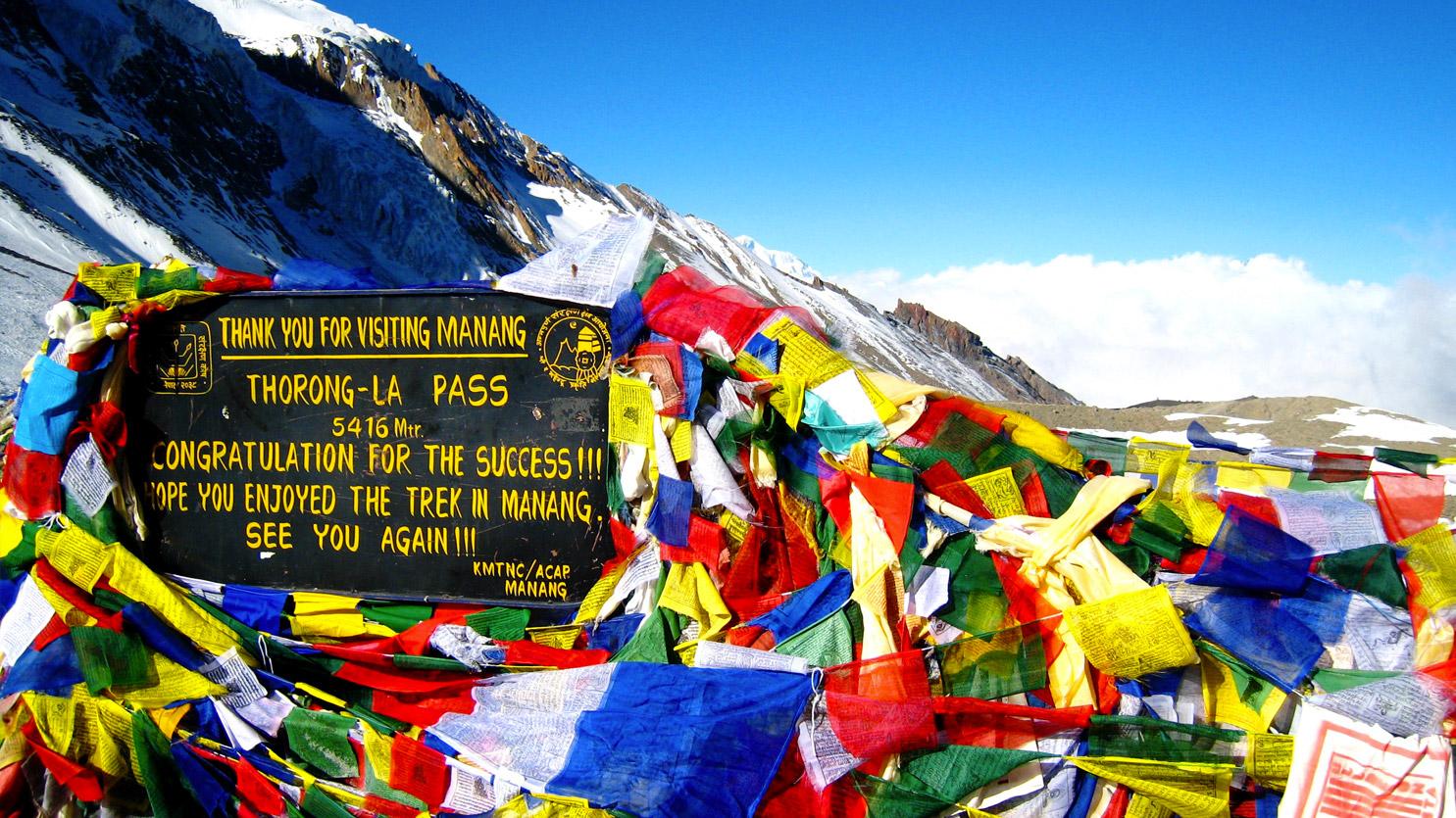 Drapeaux à prières au sommet du Thorung La (5416 m). Point culminant du tour des Annapurnas